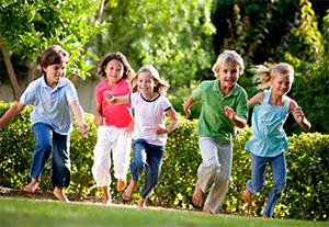 Gyerekek rönkfa játszótéren